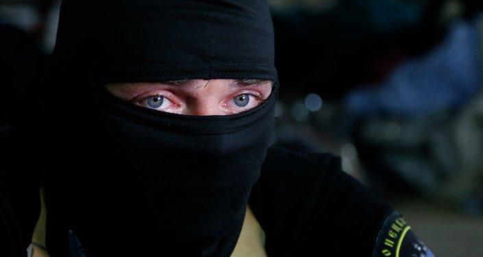 Activiste masquée à Donetsk, Ukraine, le 18 av. 2014