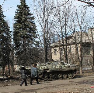 Les habitants de Debaltsevo sur une des rues de la ville