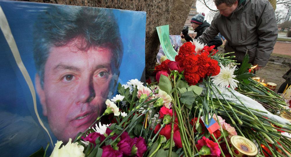 Des gens apportent des fleurs en mémoire de Boris Nemtsov à Saint-Pétersbourg