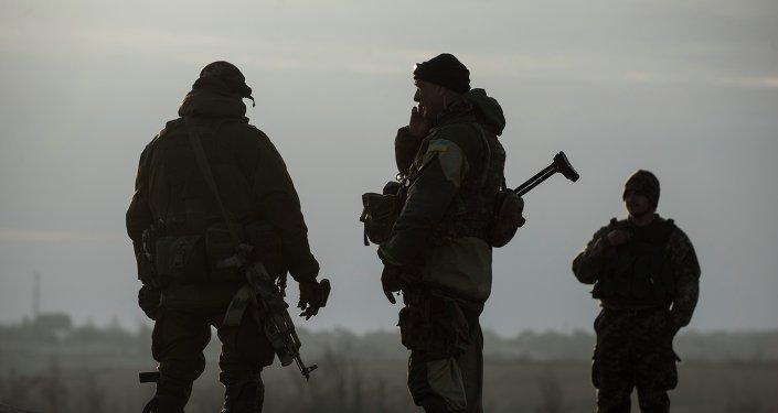 Militaires ukrainiens dans le village de Chirokino près de Marioupol