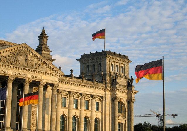 Allemagne: un député proche de Merkel veut une «position musclée» face à la Russie