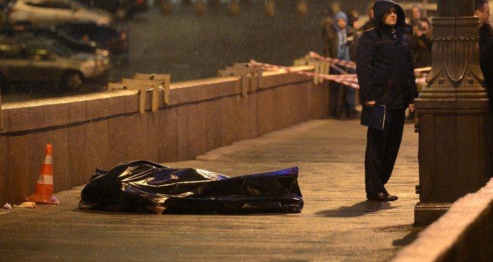 Sur les lieux de l'assassinat del'opposant russe Boris Nemtsov devant le Kremlin