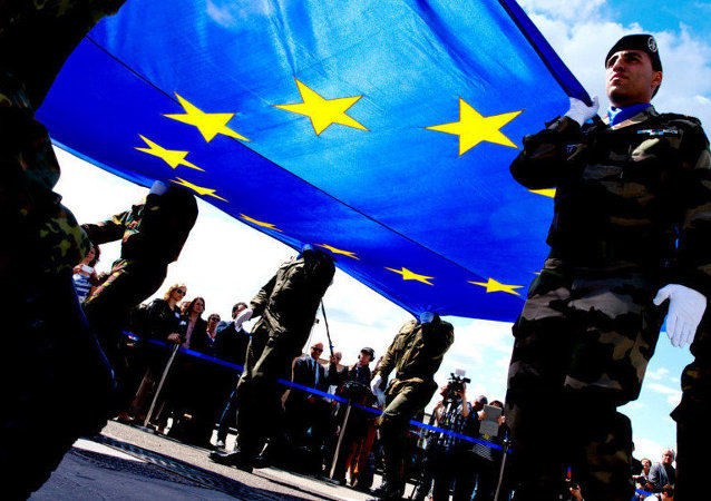 Des soldats portent un drapeau européen.
