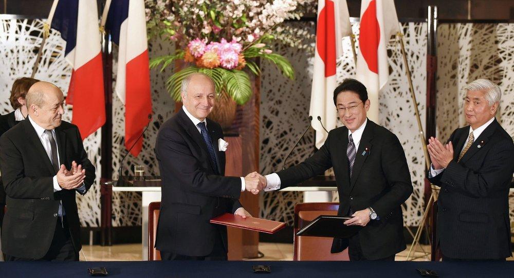 Fumio Kishida, Laurent Fabius, Gen Nakatani et Jean-Yves Le Drian àTokyo (13 mars 2015)