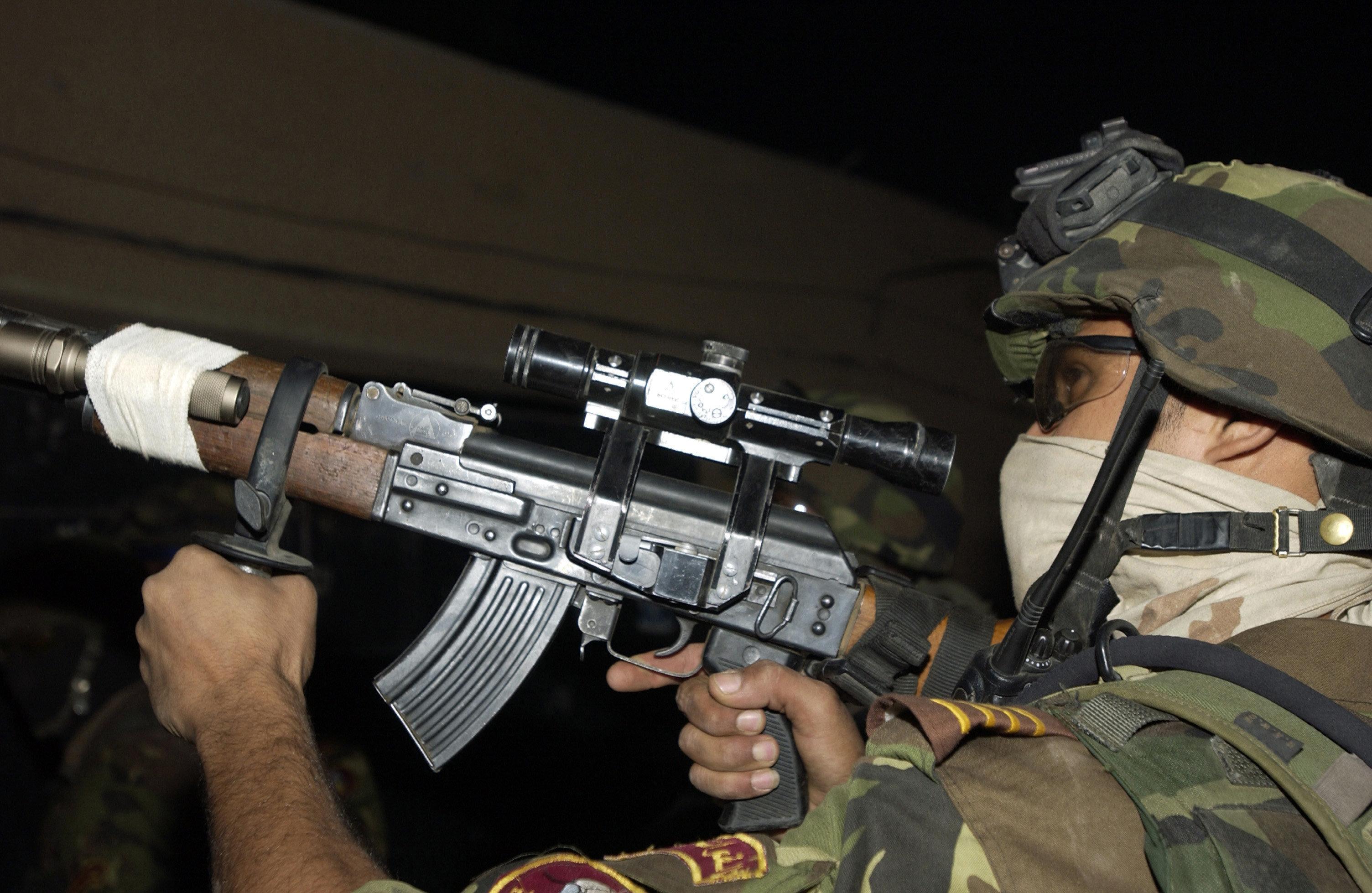 Soldat irakien armé d'un fusil d'assaut Tabuk