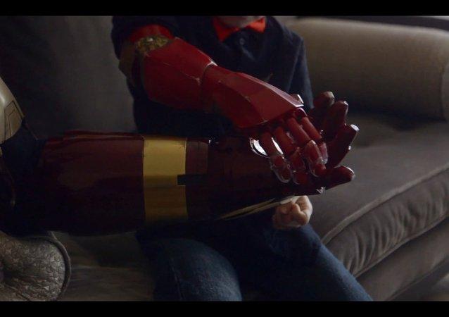 Iron Man apporte une prothèse bionique à un garçon handicapé ?