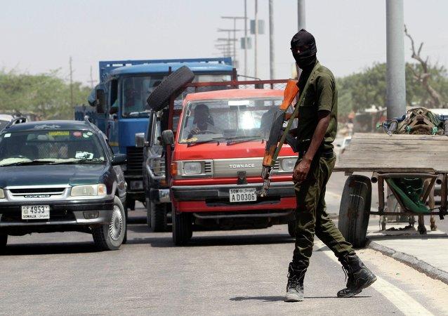 Un membre des forces de sécurité somaliennes patrouille dans les rues de la capitale Mogadiscio