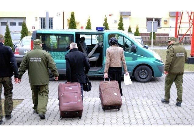 Une femme cachée dans une valise, symbole des relations Moscou-Paris