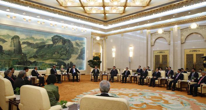 Président chinois Xi Jinping se rencontre avec les invités de la Banque d'investissement d'Infrastructure asiatique au Grand Hall des gens à Pékin le 24 octobre 2014