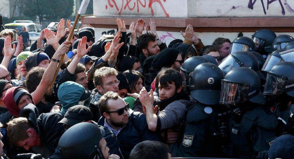 Près de 1.500 personnes se sont réunies à Francfort-sur-le-Main pour protester contre l'ouverture du nouveau siège la Banque centrale européenne dans la ville.