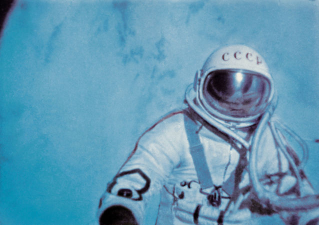 Alexeï Leonov effectue une sortie extravéhiculaire