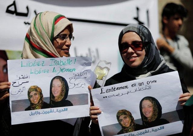 Des femmes tiennent des placards appelant à libérer  la française Isabelle Prime