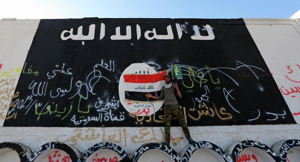 Image du drapeau de l'EI sur un mur à al-Alam