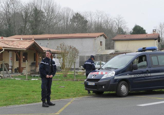 Des policiers français près de la maison où les corps de cinq nouveau-nés ont été trouvés