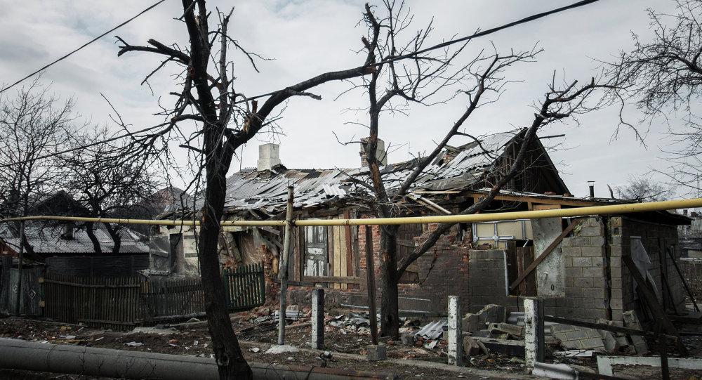 Un village détruit dans le Donbass