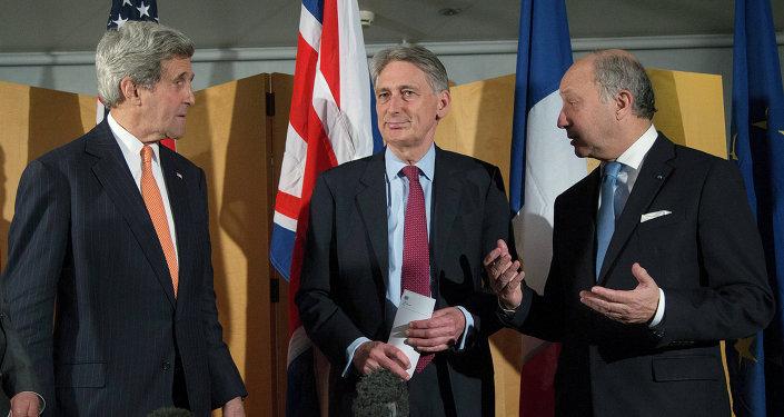 John Kerry (à gauche), le chef de la diplomatie britannique Philip Hammond (au centre) et Laurent Fabius
