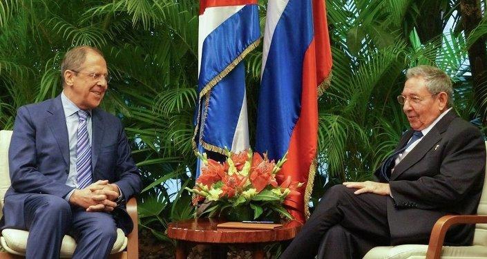 Le ministre russe des Affaires étrangères Sergueï Lavrov et le dirigeant cubain Raul Castro