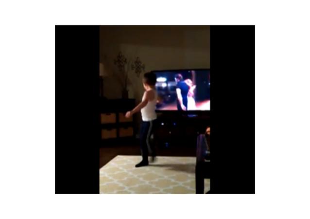 Un petit garçon imite Patrick Swayze dans Dirty Dancing