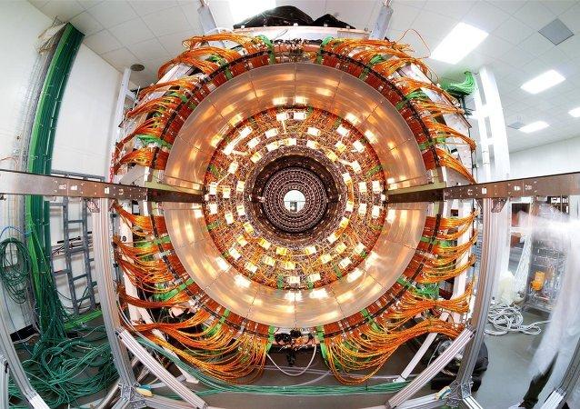 Vue du trajectographe externe du détecteur CMS dans une salle propre