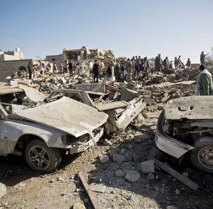 Les gens cherchent des survivants sous les décombres des maisons détruites par les frappes aériennes saoudiennes près de l'aéroport de Sanaa, au Yémen,