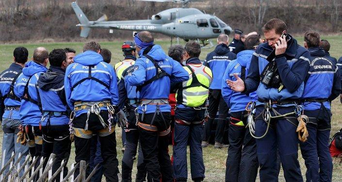 Policiers et secouristes français près du lieu du crash d'Airbus A320