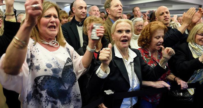Des partisans de l'UMP célèbrent la victoire
