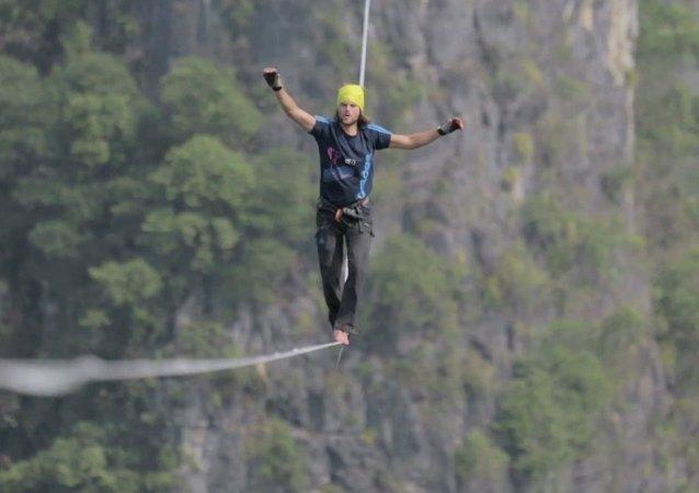 Record du monde de slackline : 375m de traversée spectaculaire