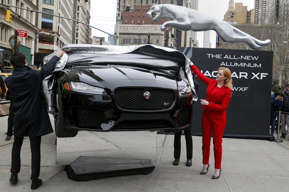 L'actrice Christina Hendricks a présenté la nouvelle berline Jaguar XF au Salon de New York