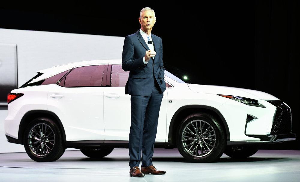 Le vice-président et directeur général de Lexus, Jeff Bracken, a présenté la nouvelle Lexus RX350 dont la première était attendue au salon de Détroit en janvier dernier.