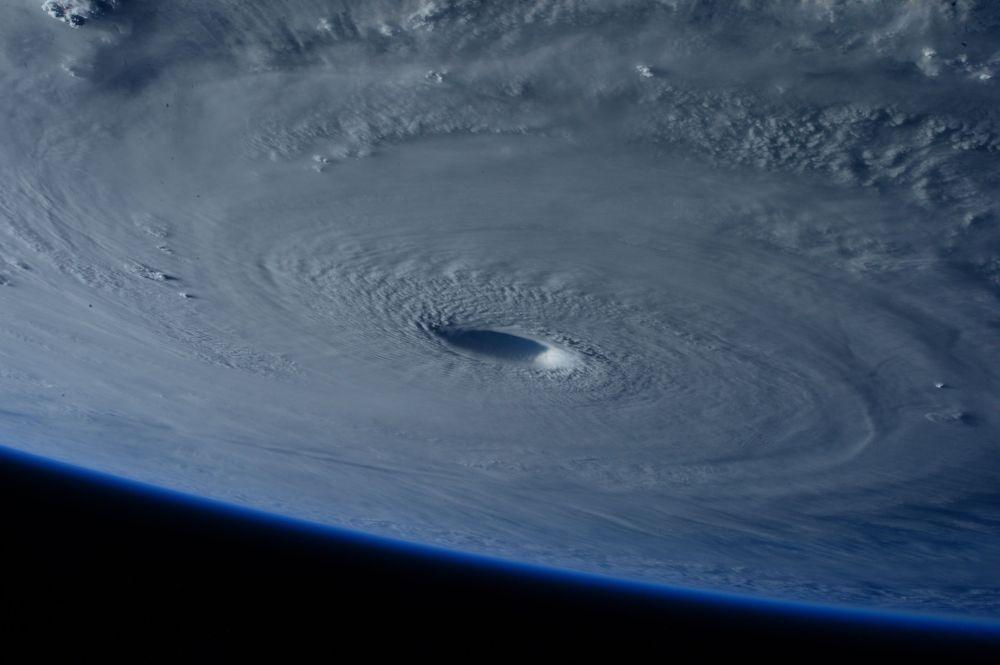 L'oeil du super-typhon Maysak vu depuis l'ISS. La photo a été prise par Samantha Christoforetti, membre d'équipage de la Station spatiale internationale (ISS)