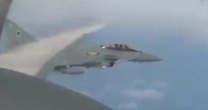 Des chasseurs britanniques escortent un bombardier russe