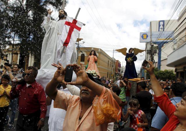 Участники пасхальной процессии в Гондурасе