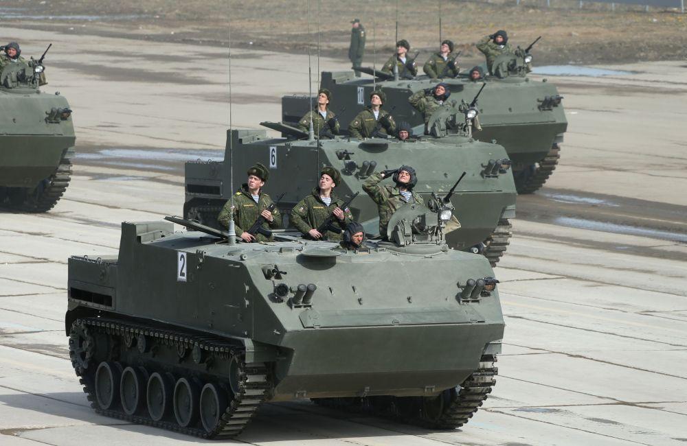 Un véhicule blindé de transport de troupes BTR-MDM Rakushka conçu pour être parachuté