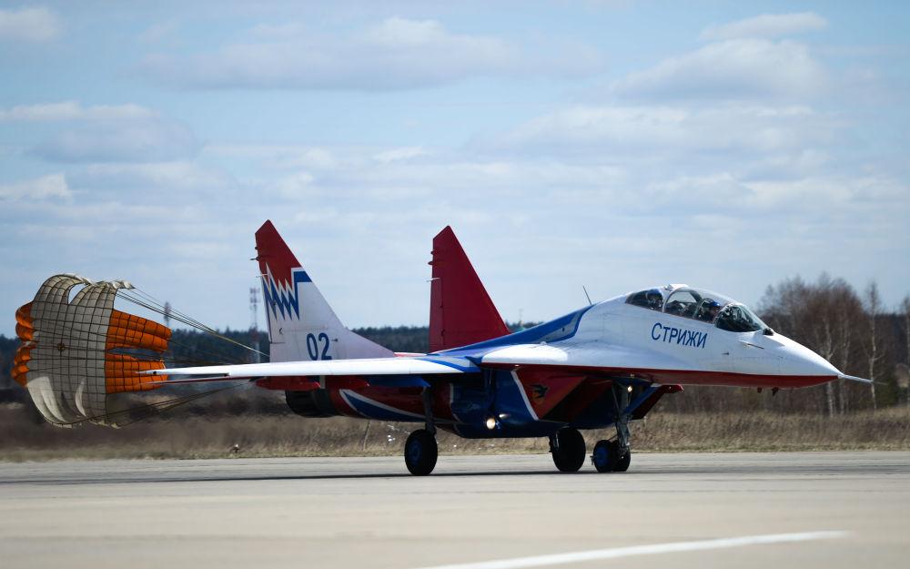 Un chasseur MiG-29 de la patrouille aérienne Striji sur l'aérodrome militaire de Koubinka