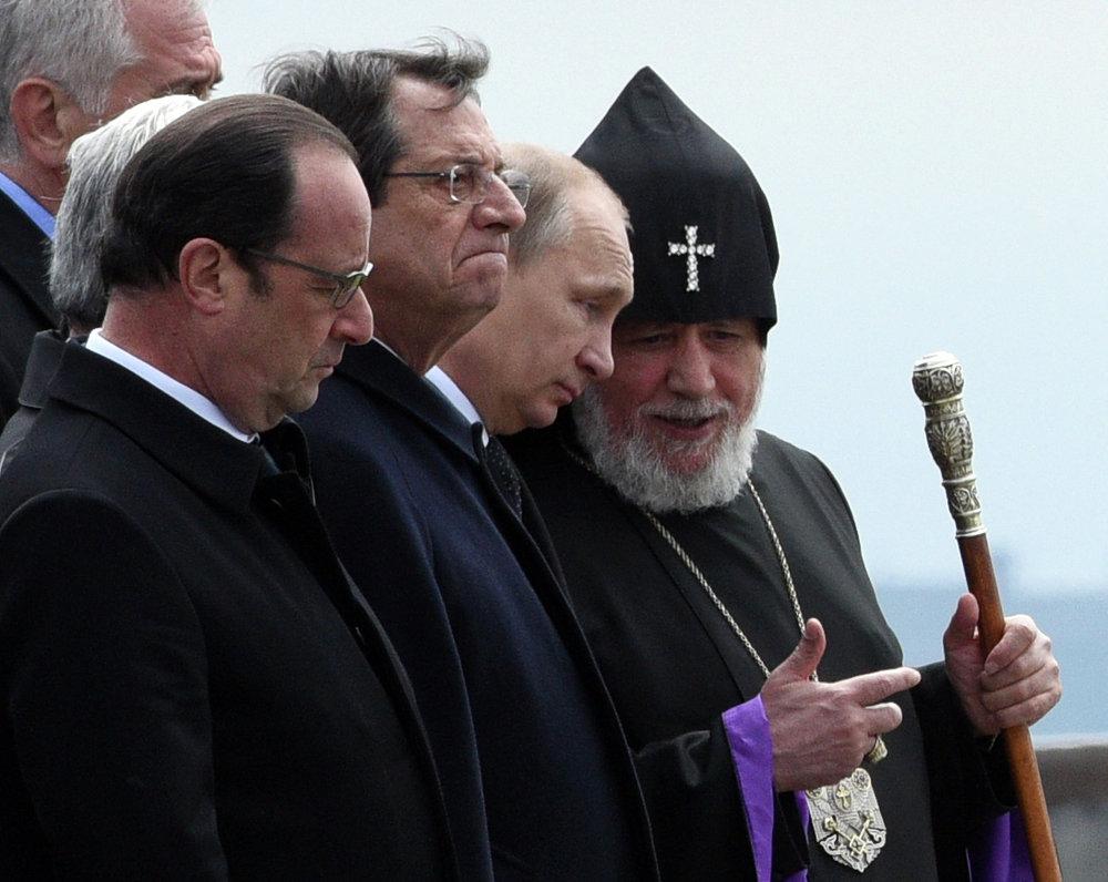 Le président serbe Tomislav Nikolic, le président français François Hollande, le président chypriote Nicos Anastasiades, le président russe Vladimir Poutine et le Catholicos de tous les Arméniens Garéguine II rendent hommage aux victimes du génocide arménien à Erevan