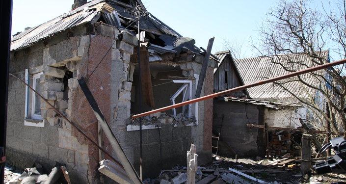 Maison détruite dans le Donbass