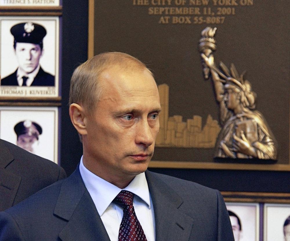 Le président russe Vladimir Poutine en visite à la Fire Academy de Randall's Island (New York) à l'occasion d'une cérémonie dédiée à la mémoire des pompiers victimes de l'attaque terroriste du 11 septembre 2001
