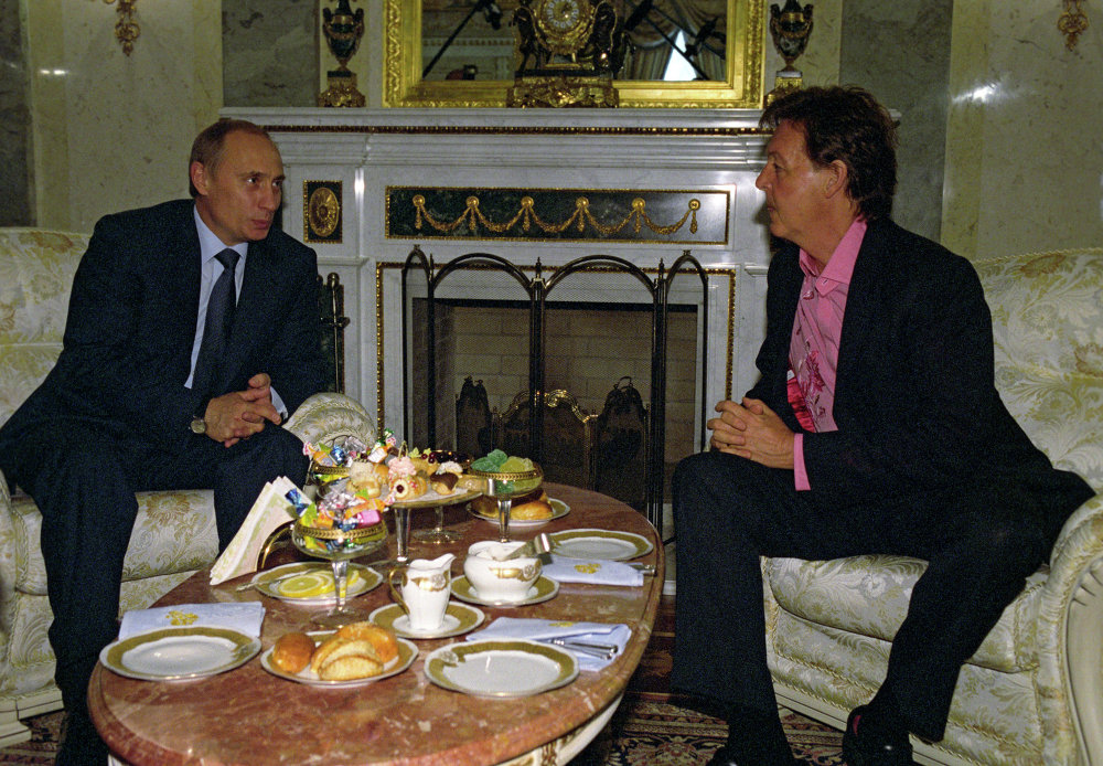 Le président russe Vladimir Poutine rencontre le musicien rock Paul McCartney au Kremlin le 26 mai 2003