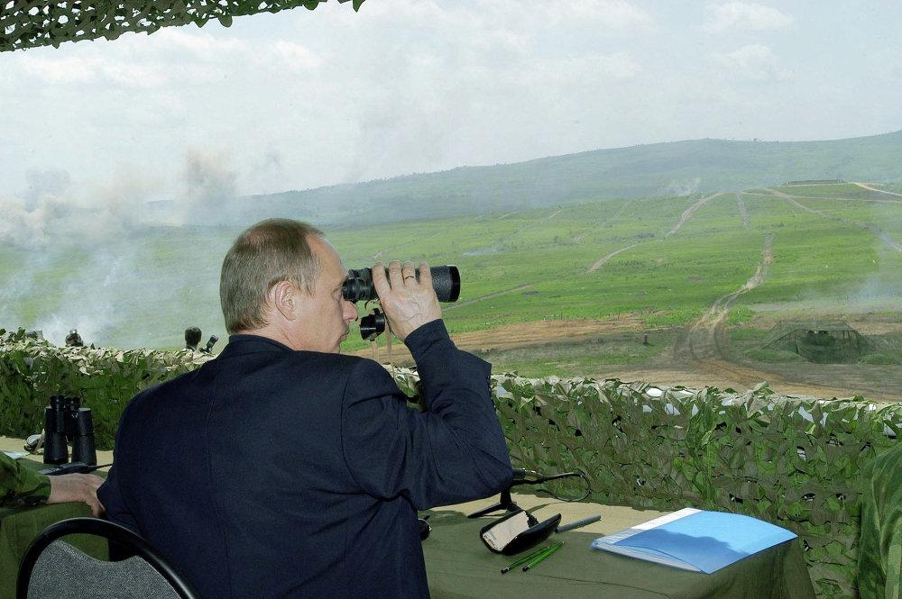 Le président russe Vladimir Poutine suit les manœuvres Mobilité 2004 sur le polygone de Sergueïev, dans l'Extrême-Orient russe