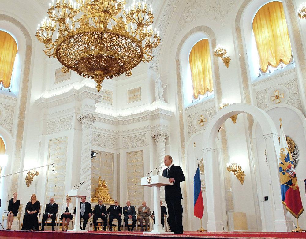 Vladimir Poutine prononce une allocution dans la salle Saint-Georges du Grand palais du Kremlin lors d'une cérémonie de remise de décorations officielles, en 2006