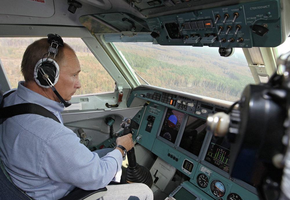 Le premier ministre russe Vladimir Poutine pilotant un bombardier d'eau Be-200 lors de la lutte contre les incendies de forêts dans la région de Riazan (centre), en 2010