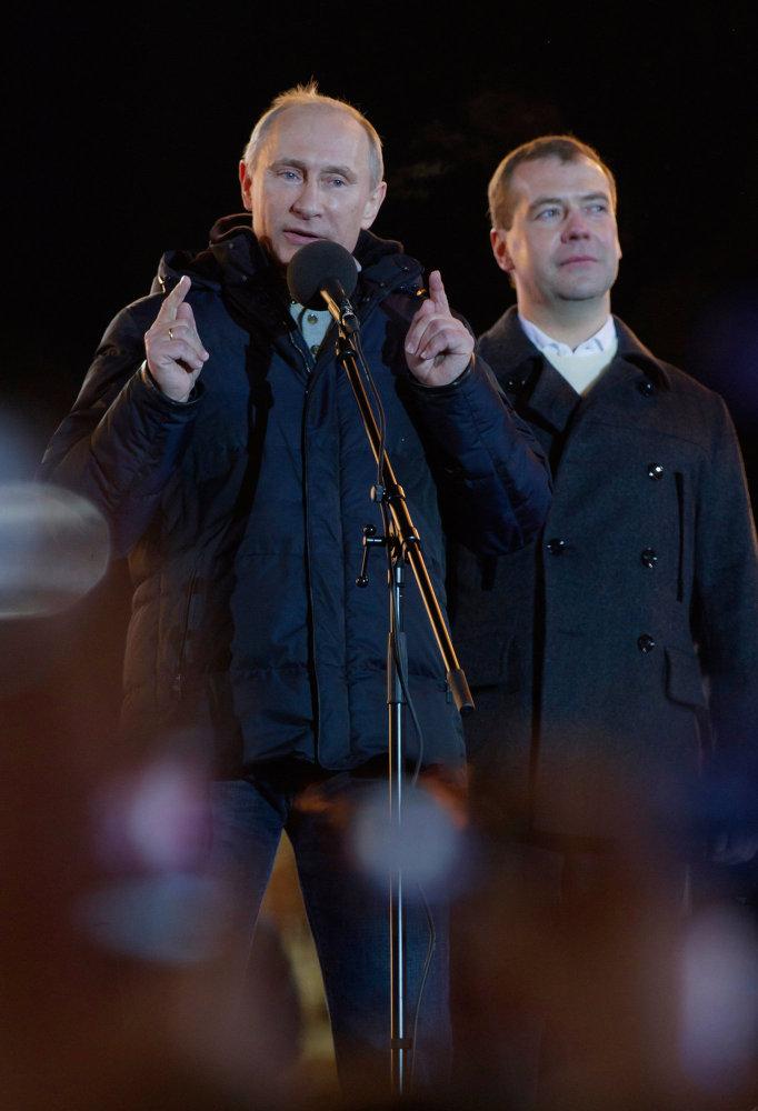 Vladimir Poutine et Dmitri Medvedev interviennent lors d'un rassemblement organisé en 2012 par le Front populaire panrusse (FPP) sur la place du Manège à Moscou