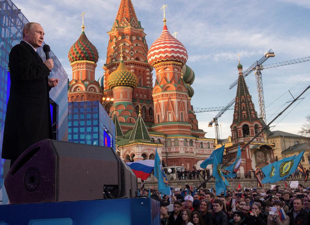 Le président russe Vladimir Poutine intervient lors du rassemblement du 18 mars 2015 à l'occasion du 1er anniversaire de l'adhésion de la Crimée à la Fédération de Russie