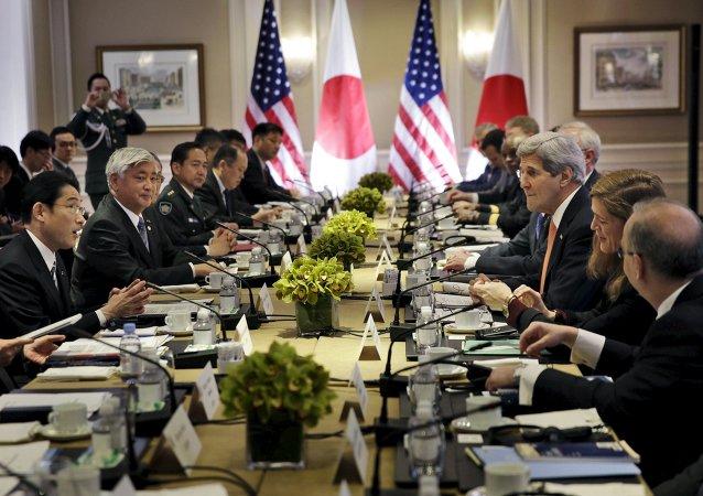 Fumio Kishida (à gauche) et Gen Nakatani (2e à gauche) lors de la rencontre avec John Kerry (3e à droite) et Ashton Carter (pas visible)