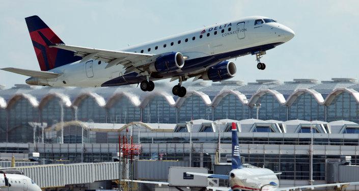 Lassé d'attendre, un passager de Ryanair s'installe sur l'aile de l'avion