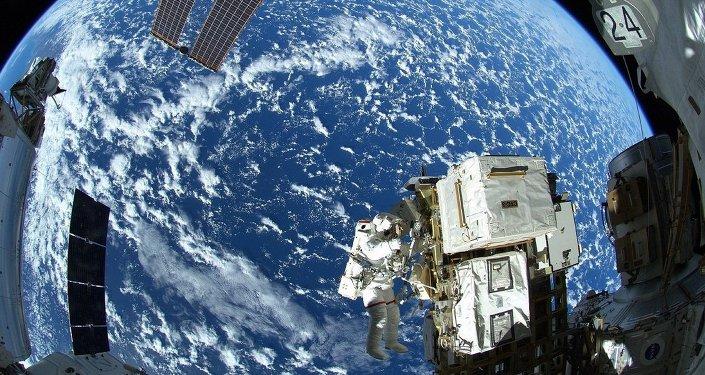 L'astronaute Reid Wiseman à l'extérieur de l'ISS