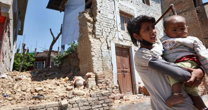 Népal: déblaiement des décombres et évacuation des victimes
