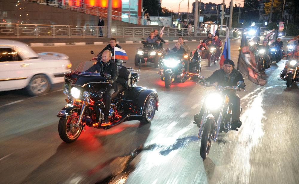 Le 29 août 2011, Vladimir Poutine a participé au 16e festival des motards organisé par le club des motards Loups de la nuit à Novorossiïsk