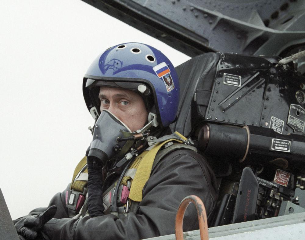 Le 20 mars 2000, Vladimir Poutine s'est rendu de Krasnodar à Grozny à bord d'un chasseur de combat et d'entraînement Sukhoi Su-27UB