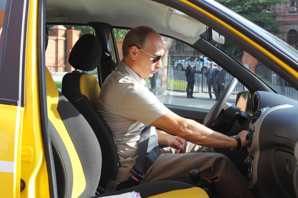 En été 2010, Vladimir Poutine a conduit une Lada Kalina jaune canaris sur la route reliant Khabarovsk à Tchita, en Sibérie